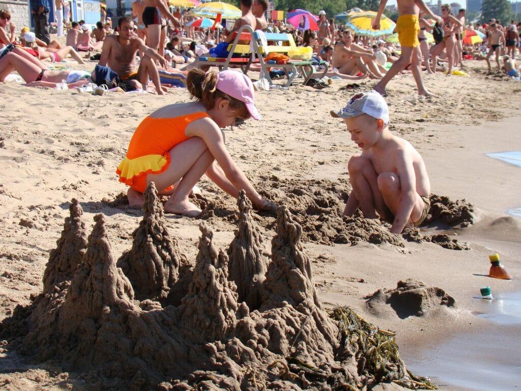 Met kinderen naar het strand? Zo raak je ze niet kwijt (of vind je ze terug)