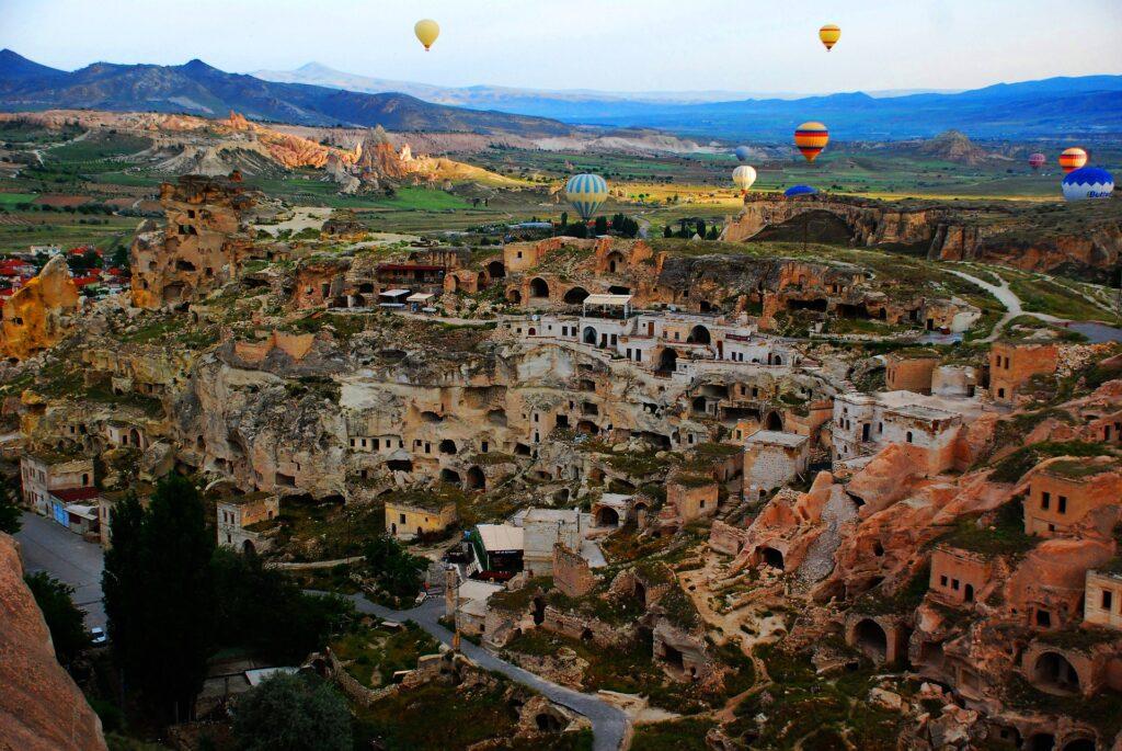 Ontdek natuurwonder Cappadocië! De mooiste bezienswaardigheden en adembenemende ballonvaart